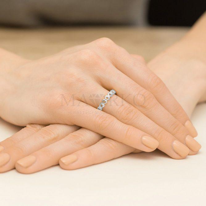 srebrny pierścionek na ręku